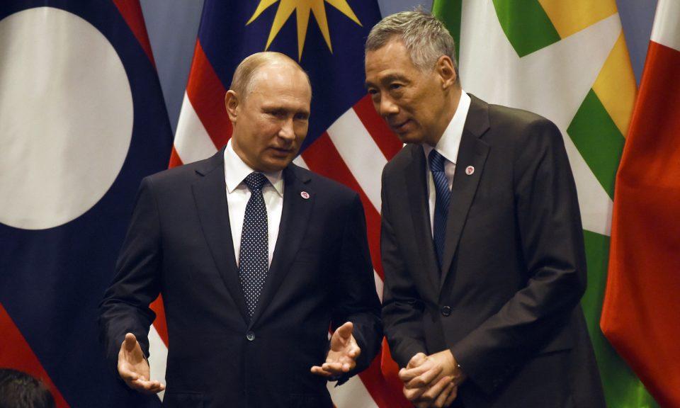 新加坡總理李顯龍(右)於2018年11月14日在新加坡舉行的第33屆東南亞國家聯盟(ASEAN)峰會期間聽取俄羅斯總統普京的意見。相片:AFP / Roslan Rahman