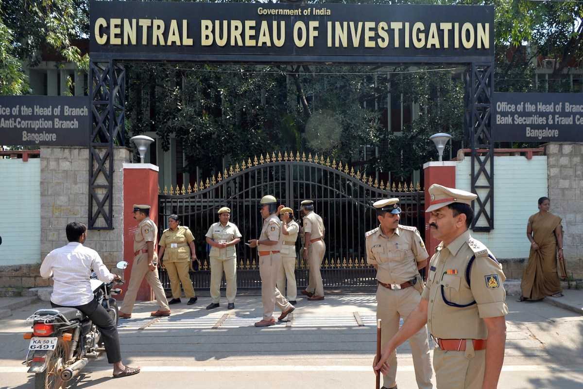Indian police personnel stand in front of the Bangalore office of the CBI prior to a nationwide protest on October 26, 2018 by opposition leaders over alleged interference in the country's main police agency. Photo: AFP / Manjunath Kiran