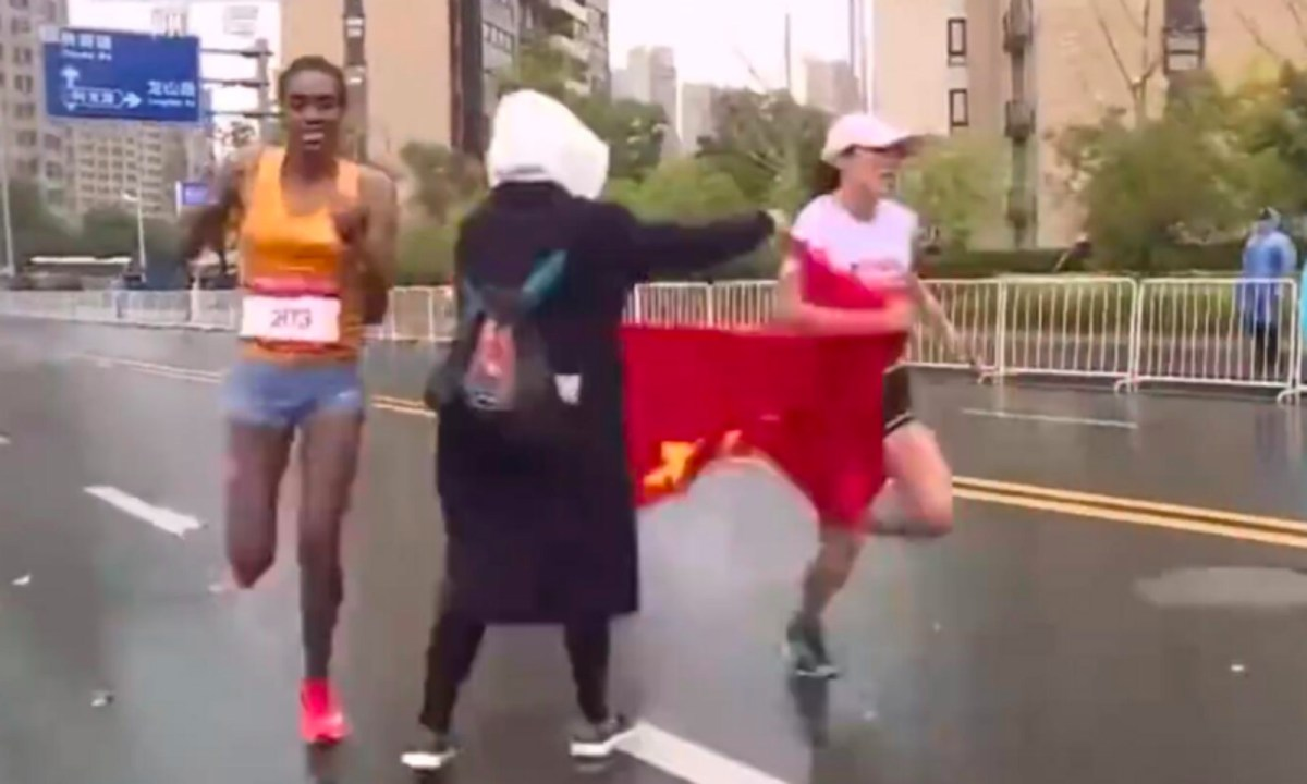 (From left to right) Ayantu Abera Demisse, marathon volunteer, He Yinli Photo: Baidu.com