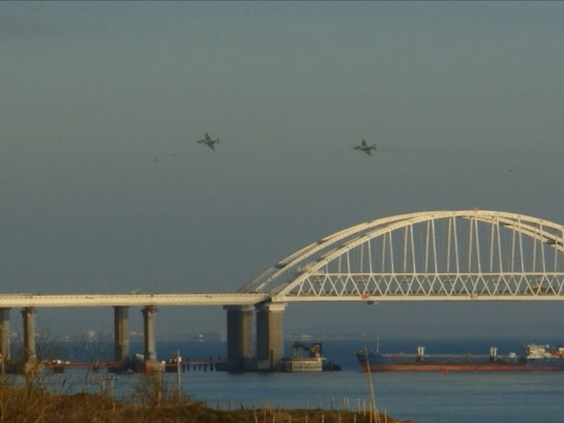 Russian aircraft fly over the Crimean Bridge that spans the Kerch Strait, a narrow strip that links the Azov and Black Seas, as a Russian ship blocks the strait, after Russia fired on and then seized three Ukrainian ships, accusing them of illegally entering its waters in the Sea of Azov. Photo: AFP