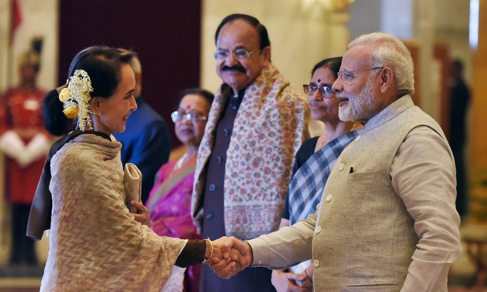 印度總理莫迪(右)在新德里舉行的印度 - 東盟紀念峰會上與緬甸政府領袖昂山素姬握手。相片:Handout via AFP