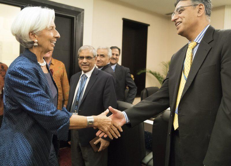 國際貨幣基金組織總裁拉加德(Christine Lagarde)於10月在印尼峇里島努沙杜阿區(Nusa Dua)舉行的年度會議上與巴基斯坦財長烏馬會面。相片:Stephen Jaffe / IMF / AFP