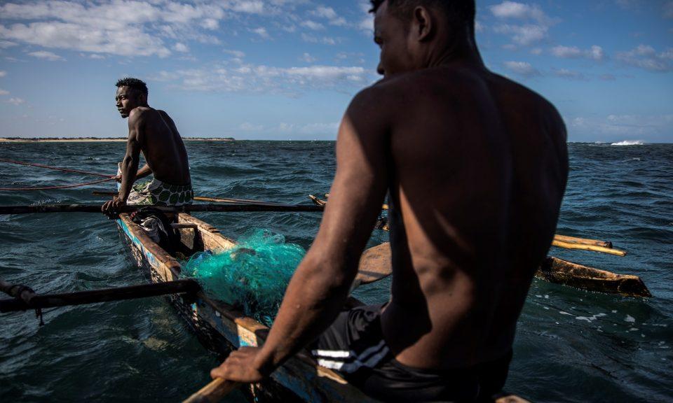 馬達加斯加漁民於2018年11月4日坐在他們的船上駛過Anakao的捕魚社區。受到全球變暖的威脅,這些漁民現在不得不與中國漁船鬥爭,加上有關中國投資者和馬達加斯加半官方實體的交易存在極大爭議。相片:AFP / Marco Longari