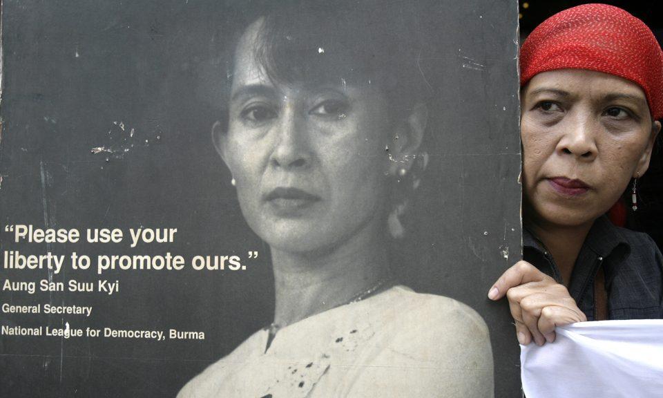 2007年9月26日,在馬尼拉馬卡蒂市(Makati City)的緬甸大使館外一個集會上,一名社運人士在呼籲緬甸促進和平與民主的集會上,高舉時任反對派領袖昂山素姬的海報。相片:Reuters / Darren Whiteside