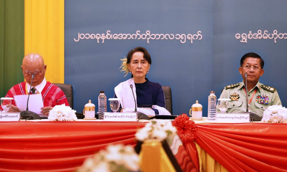 Myanmar State Counsellor Aung San Suu Kyi (C), presides over a meeting in Naypyidaw with chairman of the Karen National Union General Saw Mutu Say Poe (L) and military chief Senior General Min Aung Hlaing on the third anniversary of the signing of Myanmar's Nationwide Ceasefire Agreement on October 15, 2018. Photo: AFP via Myanmar State Counsellor's Office/handout