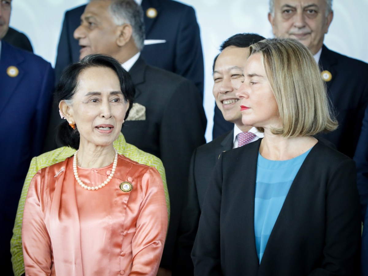 Myanmar de facto leader Aung San Suu Kyi stands next to EU High Representative Federica Mogherini (right) during the 13th Asia-Europe Meeting (ASEM) in Naypyidaw, November 20, 2017. Photo: AFP Forum via DPA/Kay Nietfeld