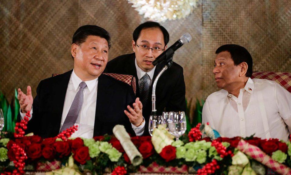 中國國家主席習近平(左)與菲律賓總統杜特爾特(右)在2018年11月20日出席於馬尼拉總統府馬拉坎南宮舉行的國宴。相片:AFP / Mark R. Cristino / Pool