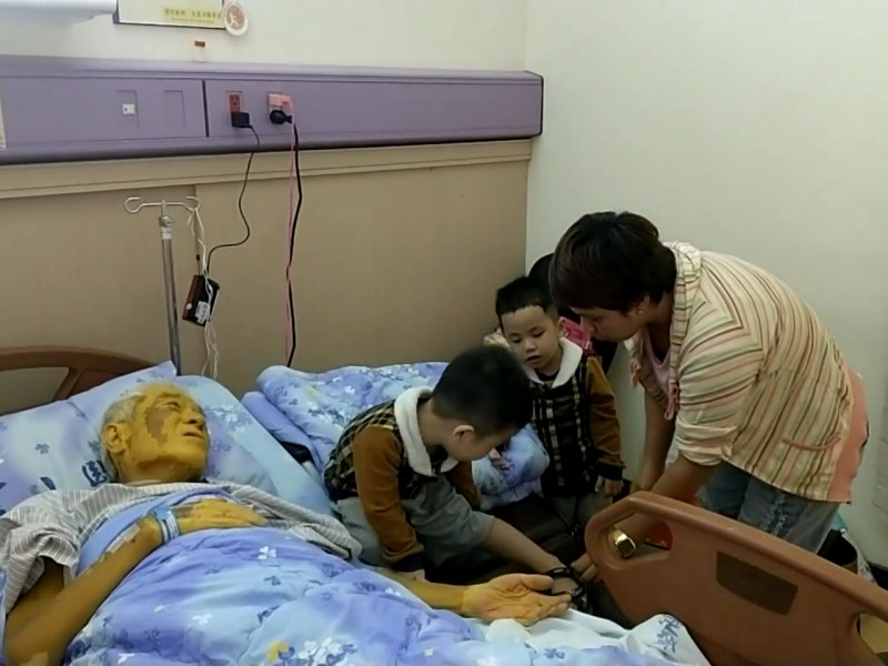 The Filipina and her two young sons with their father before he passed away. Photo: Facebook/appledailycharity