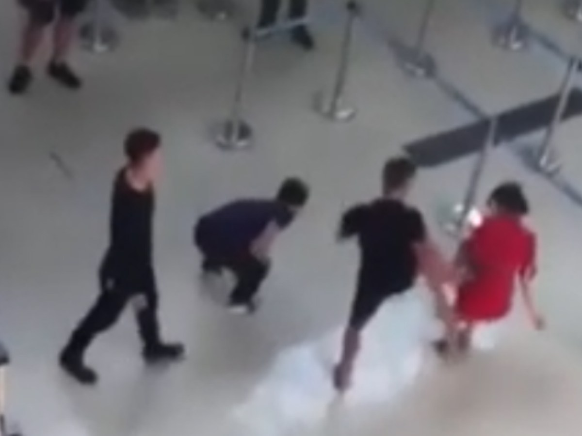 The flight attendant is assaulted at the airport.  Photo: YouTube