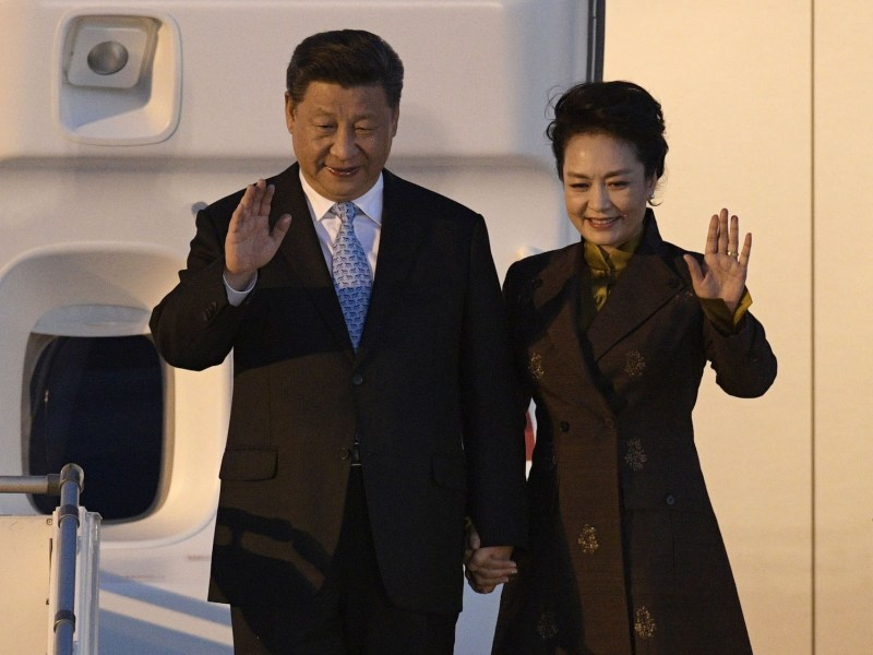 Chinese President Xi Jinping and First Lady Peng Liyuan wave upon arrival at Ezeiza International airport in Buenos Aires province on November 29, 2018.. Global leaders gathered in the Argentine capital for a two-day G20 summit. Photo: AFP  / Juan Mabromat