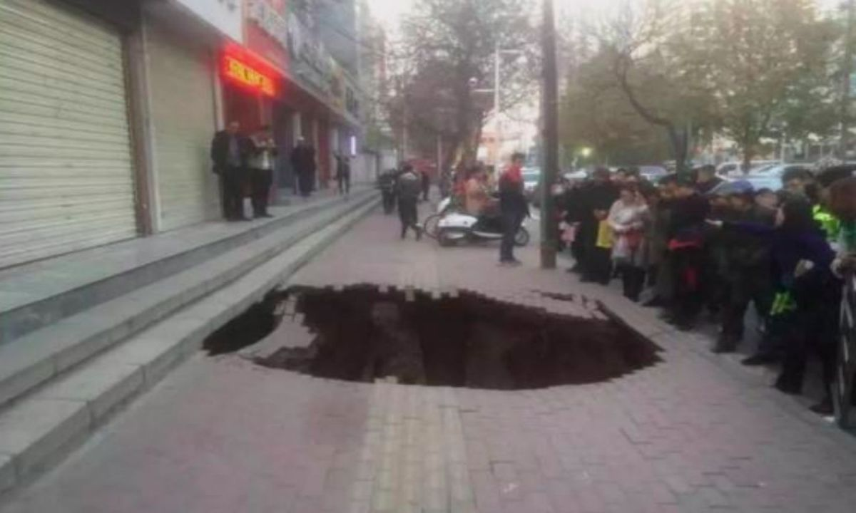 The sinkhole in Lanzhou in Gansu Province, China. Photo: Weibo, Lanzhou police