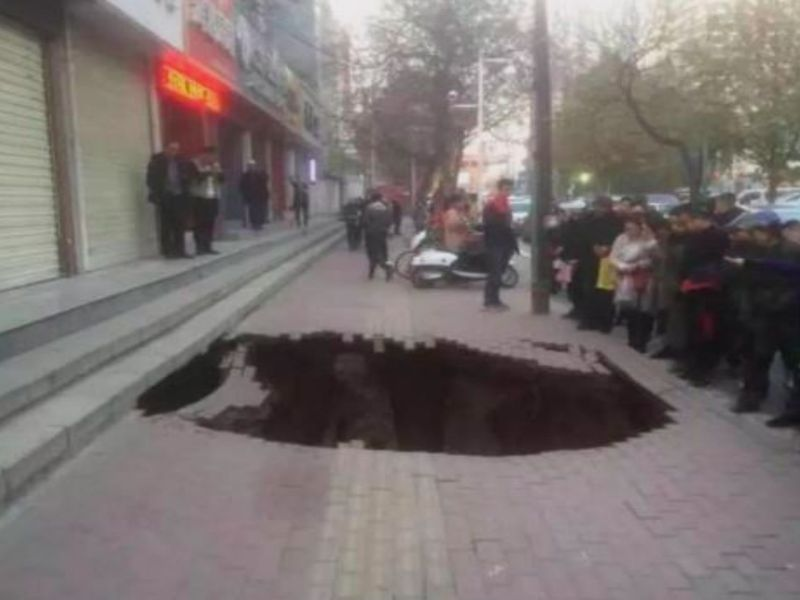 The sinkhole in Lanzhou in Gansu Province, China. Photo: Weibo, Lanzhou police