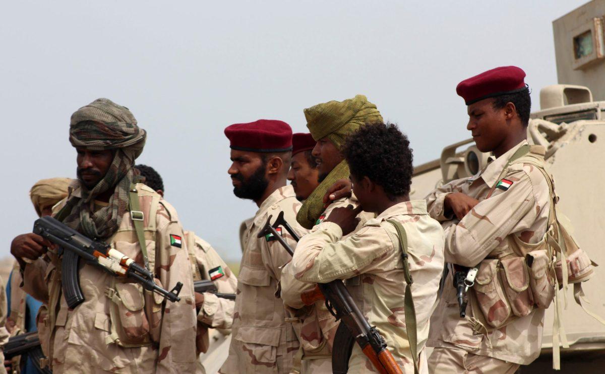 جنود سودانيون يقاتلون مع القوات اليمنية الموالية للحكومة والمدعومة من السعودية، بالقرب من قرية الجاه، على بعد حوالي 50 كم من مدينة الحديدة في 22 يونيو/حزيران 2018. صورة: Saleh Al-OBEIDI / AFP