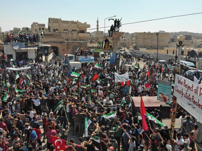سوريون يتظاهرون ضد الحكومة ويطالبون بالإفراج عن المعتقلين، في بلدة معرة النعمان في 28 سبتمبر/أيلول 2018. صورة: OMAR HAJ KADOUR / AFP