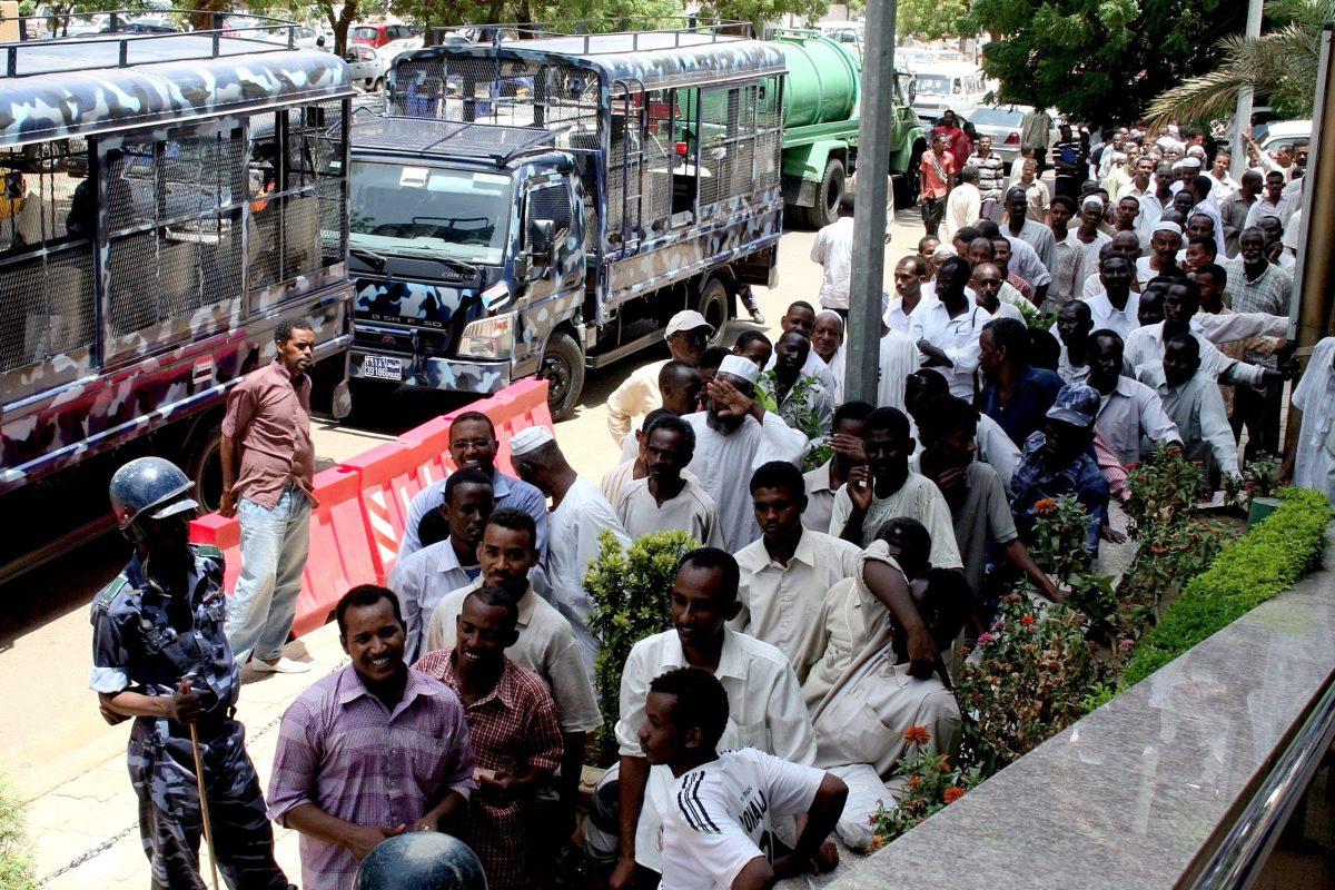 سودانيون يقفون في طالور أمام البنك المركزي السوداني في 27 أغسطس/آب 2011 يعد إصدار العملة الجديدة. صورة:   ASHRAF SHAZLY / AFP