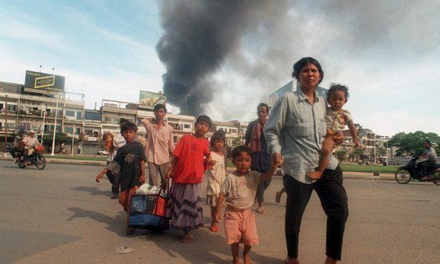 在這張1997年的資料圖片中,一個家庭在柬埔寨首都金邊發生激烈的派系鬥爭時逃離該國。受戰爭蹂躪的東南亞國家在數十年來的衝突中產生了源源不斷的難民。許多流離失所的人在美國尋求庇護。相片:AFP