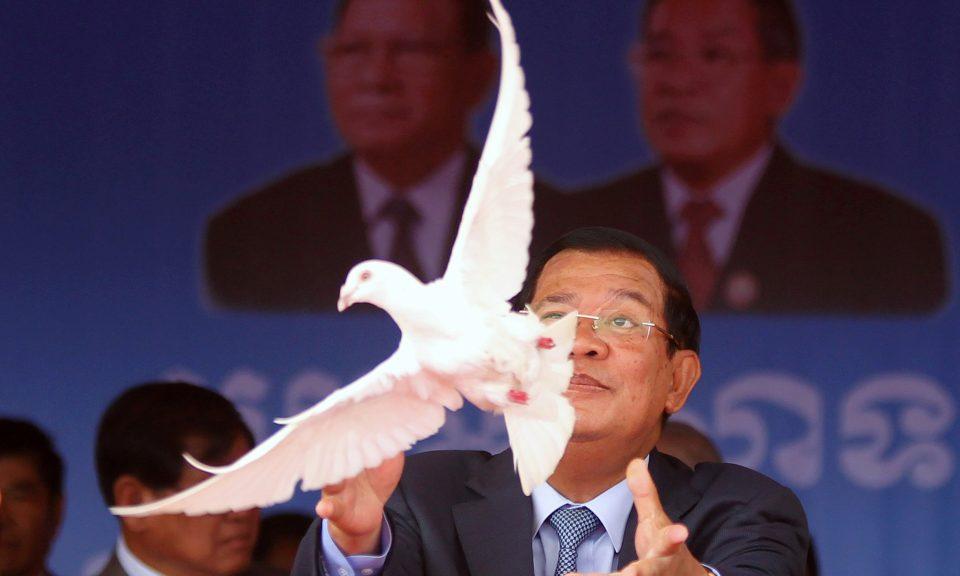 柬埔寨總理洪森同時是執政黨柬埔寨人民黨的主席,他於2017年6月28日在金邊鑽石島(Koh Pich)紀念該黨成立66周年時放白鴿。相片:Reuters / Samrang Pring