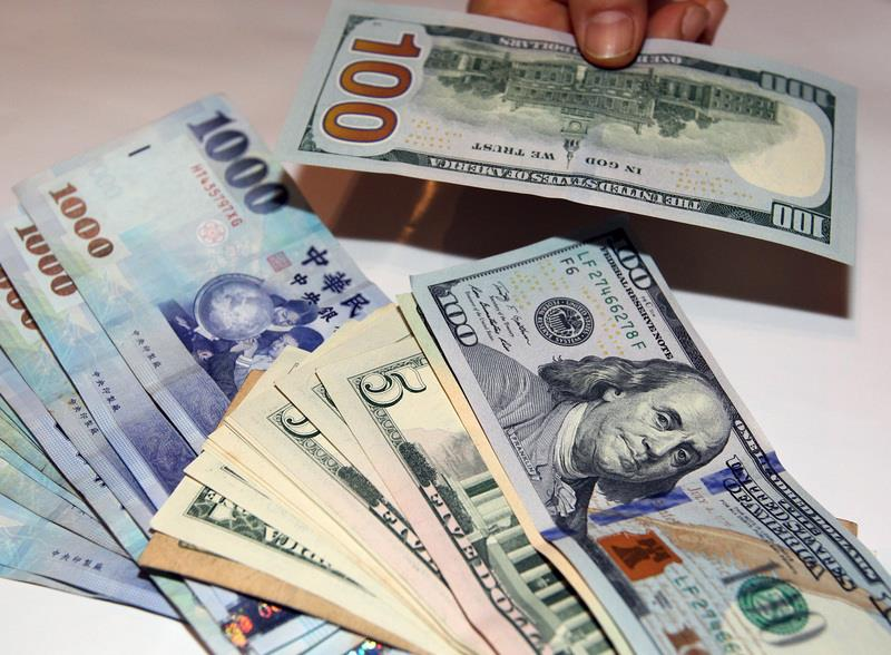 Greenbacks and New Taiwan dollars. Photo: Twitter