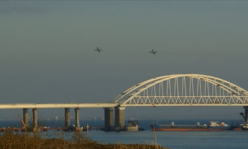 俄羅斯飛機飛過跨越刻赤海峽的克里米亞橋,該海峽是一條連接亞速海和黑海的狹窄地帶。一艘俄羅斯船隻擋住海峽,俄羅斯開火攔截及扣押3艘烏克蘭船隻,指責他們非法進入其在亞速海的水域。相片:AFP