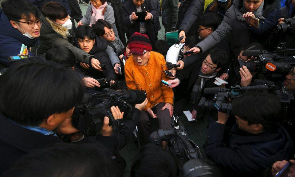 日本在朝鮮半島殖民統治期間強迫勞動的受害者Kim Sung-joo於11月29日抵達首爾最高法院時被媒體包圍。法院命令一家日本工業巨頭向戰時被迫勞動的南韓人支付賠償金,這是令雙邊關係變得緊張的最新決定。相片:Jung Yeon-je / AFP