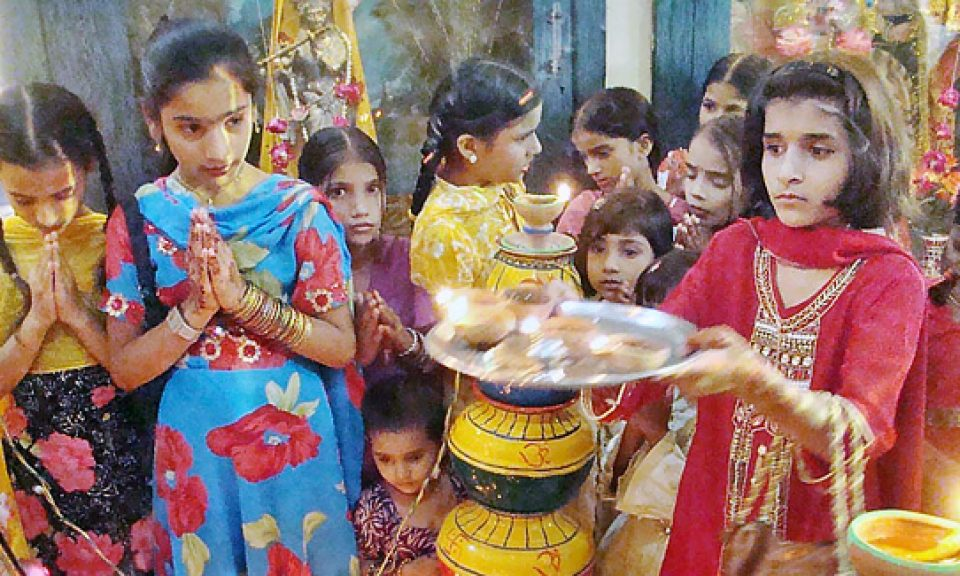 忙於參與宗教儀式的印度教社區兒童。相片:APP photo by Farhan Khan / Wikipedia
