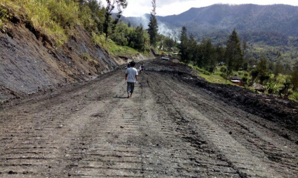 跨巴布亞公路仍在建設的一部分。相片:Ministry of Public Works