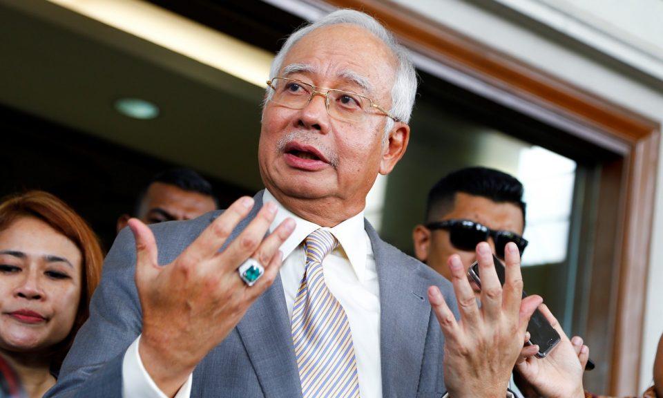 2018年10月25日,在1MDB金融詐騙案舉行聽證會後,前馬來西亞總理納吉布在吉隆坡高等法院與媒體對話。相片:AFP via Andalou Agency / Adli Ghazali