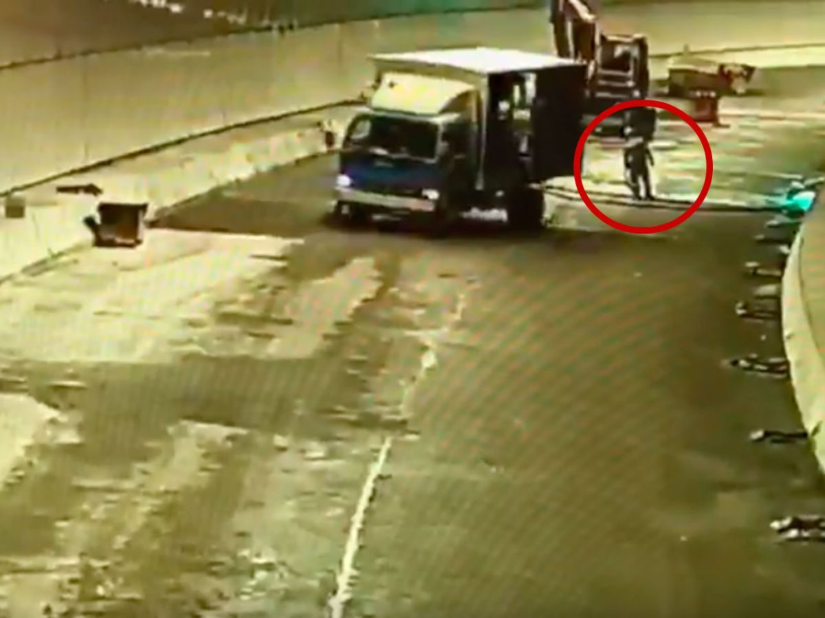 The worker (in red circle) was hit by a truck in Lung Shan Tunnel. Photo: YouTube