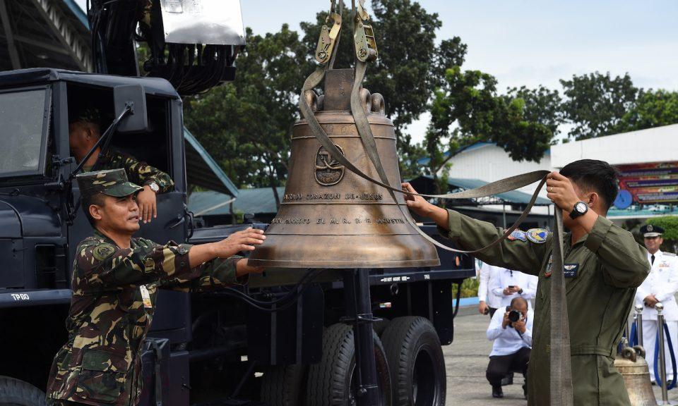 菲律賓軍方人員於2018年12月11日在巴朗伊加教堂大鐘從美國送抵馬尼拉空軍基地後卸下其中的一個。相片:AFP / Ted Aljibe