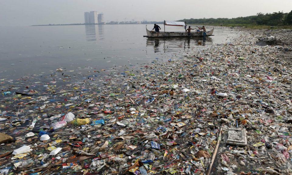 菲律賓馬尼拉灣一條佈滿垃圾的海岸線。相片:Reuters / Erik de Castro