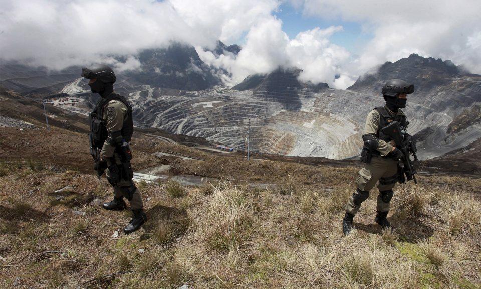 印尼警察在印尼東部巴布亞省蒂米卡(Timika)附近的PT Freeport的格拉斯伯格銅金礦區的露天礦場站崗。相片:Antara Foto via Reuters / Muhammad Adimaja