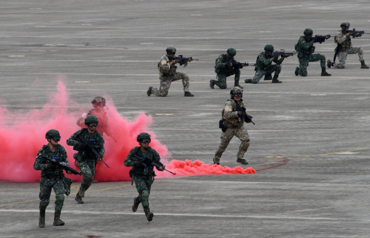 Taiwan soldiers take part in a drill at the Ching Chuan Kang airbase in Taichung, central Taiwan, on June 7, 2018, simulating a Chinese attack as Beijing stepped up military and diplomatic pressure on the island amid growing tension. Photo: Sam Yeh / AFP