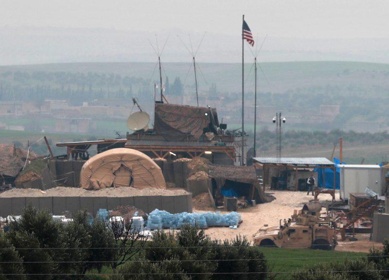 2018年12月26日,在敘利亞北部城市曼比季(Manbij)的郊區看到美國支持部隊的車輛和建構物。由於安卡拉威脅對庫爾德部隊發動新攻勢,親土耳其武裝團體加強了他們在城市郊區的勢力。 特朗普總統宣布他將把軍隊撤出該國,這使庫爾德武裝部隊完全暴露在土耳其政府的火力之下。相片:Delil Souleiman / AFP
