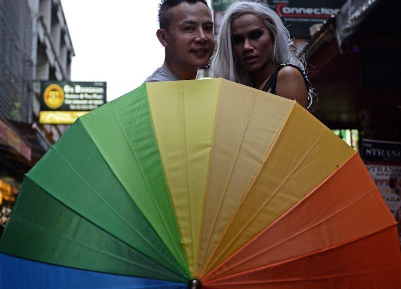 2016年6月18日,泰國LGBTI社區的成員聚集在曼谷一家酒吧門前。相片:AFP / Lillian Suwarnrumpha