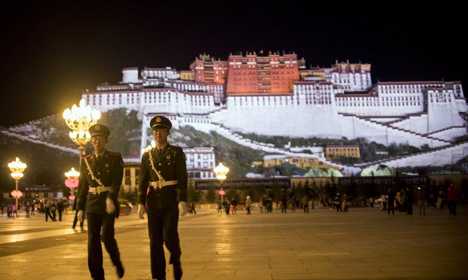 兩名中國軍警在中國西藏自治區拉薩的標誌性建築布達拉宮附近巡邏。美國國會投票要求允許美國外交官、記者和遊客前往西藏。相片:AFP / Johannes Eisele