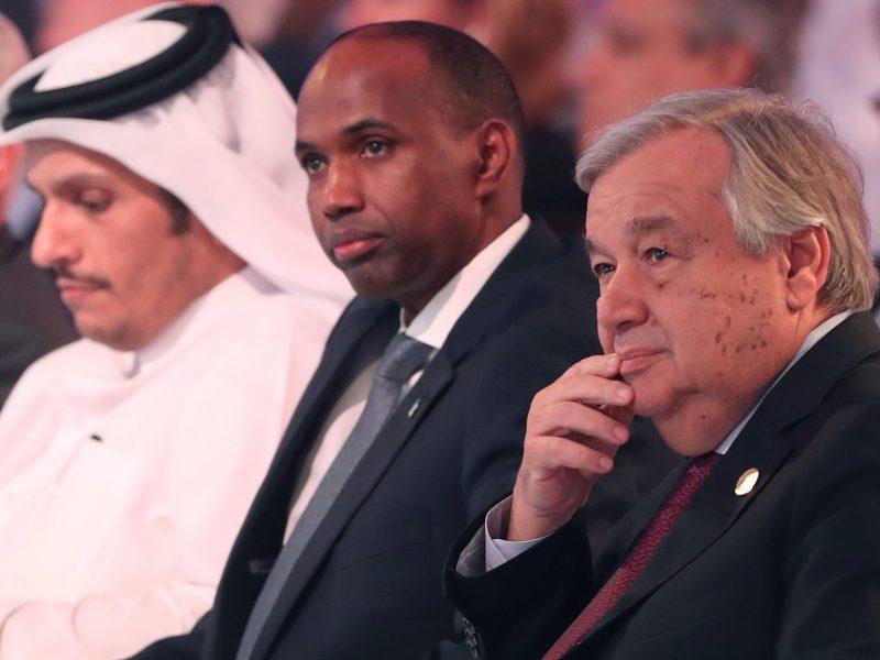 الأمين العام للأمم المتحدة أنطونيو جوتيريش (يمين) مع رئيس الوزراء الصومالي حسن علي خيري في قمة الدوحة، 16 ديسمبر/كانون الأول 2018. قامت الصومال في 2 يناير/كانون الثاني 2018 بطرد ممثل الأمم المتحدة بعد اتهامه بالتدخل في الشؤون الداخلية للبلاد. صورة: KARIM JAAFAR / AFP