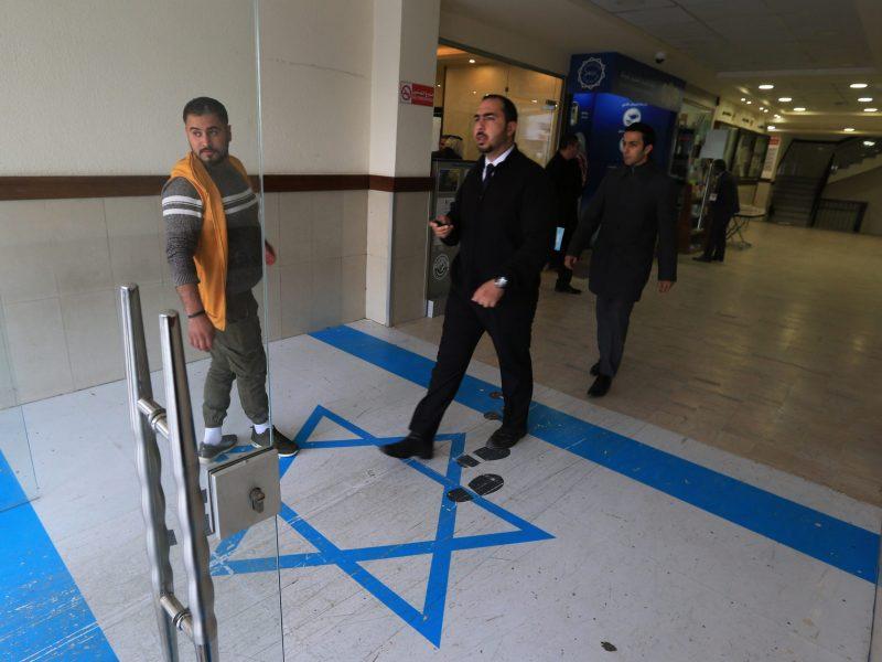 العلم الإسرائيلي في مدخل مقر النقابات العمالية في العاصمة الأردنية عمان، في 30 ديسمبر/كانون الأول 2018. صورة:   KHALIL MAZRAAWI / AFP