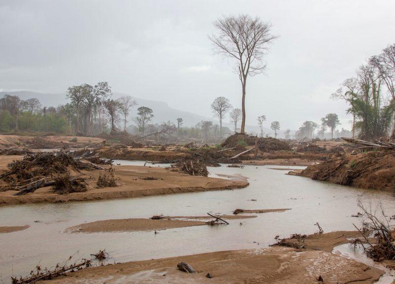 去年7月老撾南部阿塔佩省的大壩坍塌破壞了Xe Pian-Xe Nam Noy水壩以南的森林和附近的村莊。 大壩建設商和政府缺乏適當的補償可能也導致非法採伐個案增加。相片:Chris Humphrey