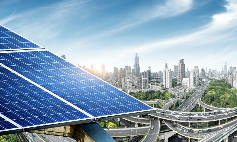 在上海的城市背景襯托下的太陽能板。相片:iStock