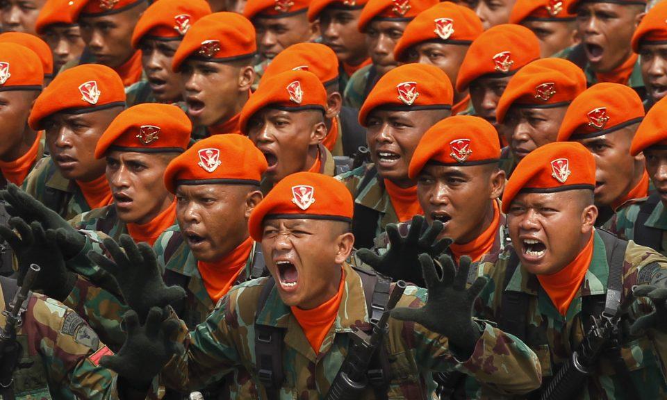 2015年10月,印尼士兵在萬丹省芝勒貢市(Cilegon)慶祝軍隊成立70周年的儀式彩排期間喊口號。相片:Reuters / Beawiharta