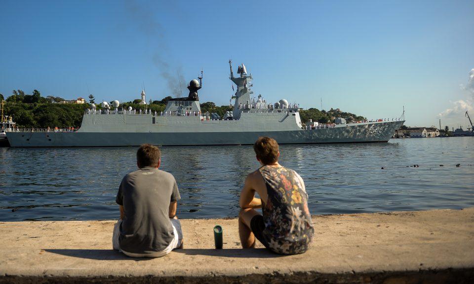 中國海軍054A型護衛艦於2015年11月10日進入哈瓦那港(Port of Havana)。巴基斯坦第一艘中國護衛艦的工程現已開始打造。相片: AFP / Yamil Lage