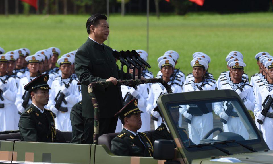 2017年6月30日,中國國家主席習近平在香港乘坐吉普車閱兵。中國的全球地位出現了變化,而他只是剛剛開始行動而已。相片:AFP / Anthony Wallace