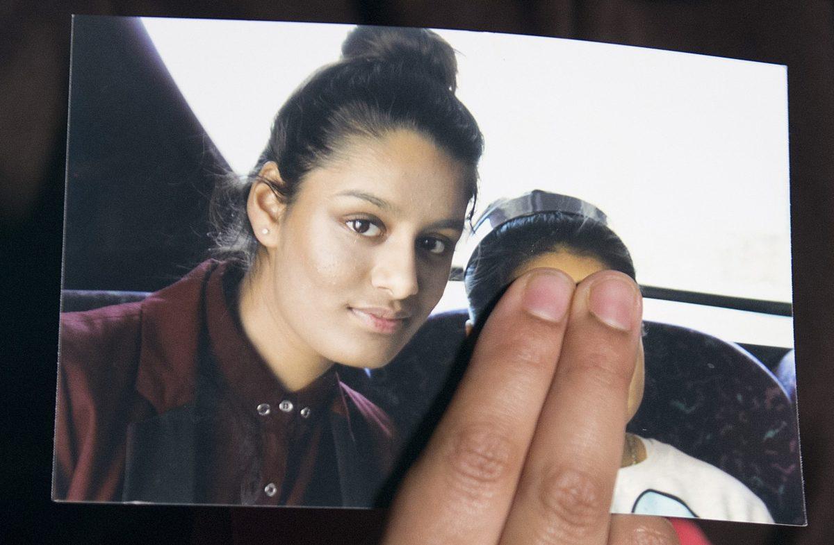 صورة التقطت في 22 فبراير 2015 لرينو بيجون، الشقيقة الكبرى لشاميما، تحمل صورة لشقيقتها أثناء مقابلة إعلامية في لندن. صورة: LAURA LEAN / POOL / AFP