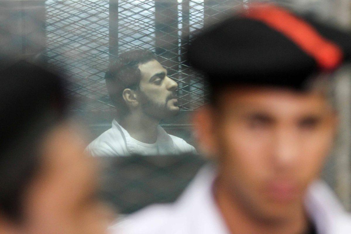 أحد المتهمين باغتيال النائب العام المصري هشام بركات خلف القضبان خلال جلسة محاكمتهم في 17 يونيو 2017. صورة: Khaled KAMEL / AFP