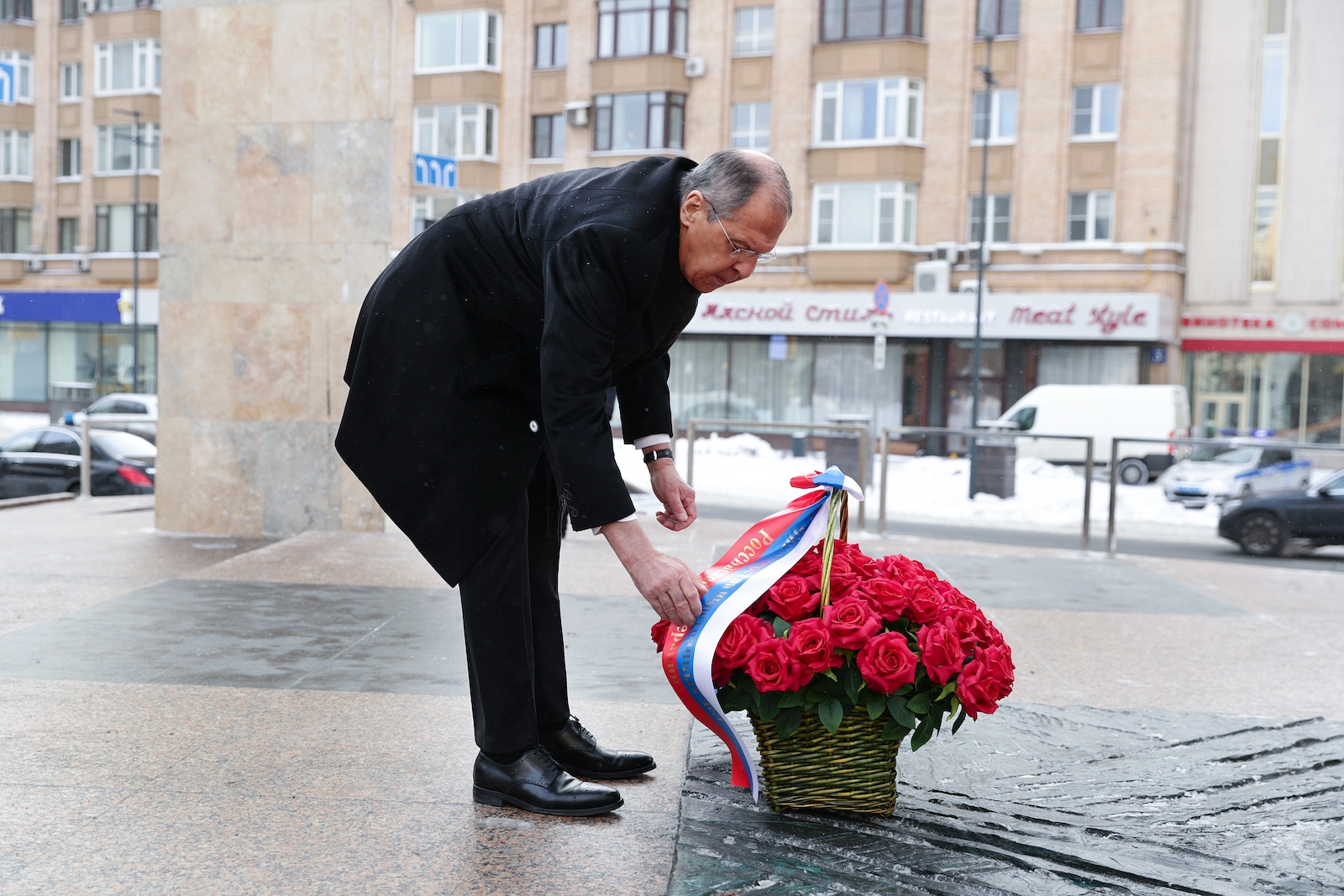 Russian Foreign Minister Sergei Lavrov lays flowers at the monument to former Russian Prime Minister Yevgeny Primakov to mark Diplomat's Day on February 10 in front of Russia's Ministry of Foreign Affairs headquarters in Moscow. Photo: AFP/Russian Foreign Ministry