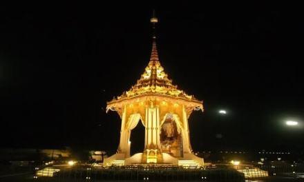 Thais Unite to Bid Farewell