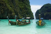 Longtail Boote in der Maya Bay auf Ko Phi Phi Leh