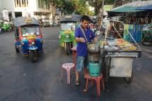 typischer Essensstand in Thailand und die typischen Bangkoker Tuk Tuks - Bangkok