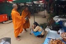 morgentlicher Almosengang der Mönche - Tak Provinz