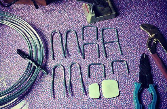 パイプ椅子のミニチュア。脚を4mm の針金で作ってるのですがめっっっちゃ硬い。。。 針金同士は苦手な半田付けにて。失敗率高いですよねーロウ付けに至っては成功したこともないけど。